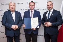 """Przyznanie promesy w ramach konkursu """"Remizy Małopolski 2019"""", fot. www.malopolska.pl"""