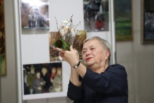 Elżbieta Kautsch z nagrodą od Burmistrza - kozą dobczycką