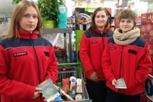 wolontariusze ze szkół kwestujący w supermarketach