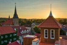 Zrekonstruowana wieża na budynku starej szkoły (Chirana), fot. Jacek Rapacz