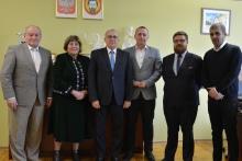 delegacja z Rumunii, Ioan Tintean - wiceprzewodniczący rady, Mica Oprea - sekretarz generalny, Grigore Dorin Popescu - dyrektor generalny rady wraz z tłumaczem, przedstawicielem Starostwa Powiatowego i kierowcą.