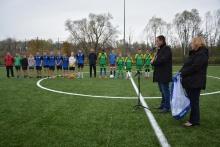 Otwarcie Orlika po modernizacji, zdjęcie przedstawia burmistrza, wiceburmistrz a w tle piłkarze ze Szkoły Podstawowej nr 1 i 2 w Dobczycach