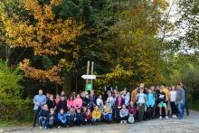 Zdjęcie przedstawia uczniów Szkoły Podstawowej w Kornatce wraz z nauczycielami oraz uczestnikami akcji Sprzątania Terenów Leśnych Kornatki.