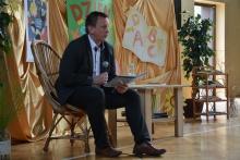 Burmistrz czyta uczniom w SP nr 1 w Dobczycach