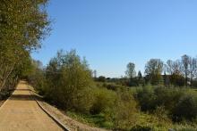 Ścieżka pieszo-rowerowa po drugiej stronie Raby