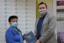 Wręczenie umowy na dotację przez burmistrza Tomasza Susia Pani Józefie Baran