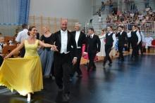 Polonez tańczą pary podczas turnieju tańców polskich w Dobczycach