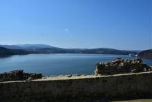 rekonstruowany mur miejski i panorama na Jezioro Dobczyckie oraz Beskidy