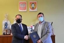 na zdjęciu minister Andrzej Gut-Mostowy z burmistrzem Tomaszem Susiem