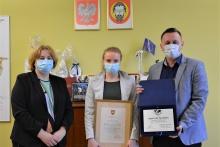 na zdjęciu wiceburmistrz Edyta Podmokły, Agnieszka Yarokhau, burmistrz Tomasz Suś