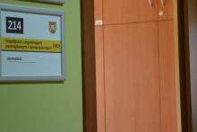 tabliczka informująca przy drzwiach wejściowych do pokoju, gdzie mieści się stanowisko ds. współpracy z organizacjami pozarządowymi