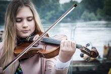 dziewczynka grająca na skrzypcach - fot. Pixabay