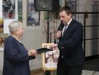 Burmistrz Tomasz Suś przekazuje list gratulacyjny prezes Ispiny