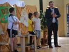 Burmistrz wraz z uczniami, którzy zawiyają do dobczyckiego urzędu
