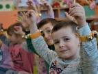 dzieci z muzycznymi bransoletami