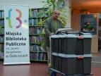 Włodzimierz Juszczak przekazuje kroniki Miejskiej Bibliotece Publicznej