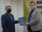 Wręczenie umowy na dotację przez burmistrza Tomasza Susia Panu Mirosławowi Osice