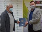 Wręczenie umowy na dotację przez burmistrza Tomasza Susia Panu Tomaszowi Pytlakowi