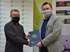 Wręczenie umowy na dotację przez burmistrza Tomasza Susia Panu Pawłowi Stożkowi