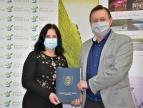 Wręczenie umowy na dotację przez burmistrza Tomasza Susia Pani Jolancie Mazurkiewicz