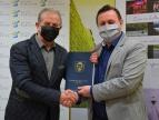 Wręczenie umowy na dotację przez burmistrza Tomasza Susia Panu Zbigniewowi Rapaczowi