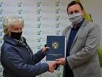 Wręczenie umowy na dotację przez burmistrza Tomasza Susia Pani Teresie Michałowskiej