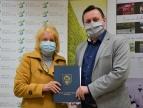 Wręczenie umowy na dotację przez burmistrza Tomasza Susia Pani Cecylii Frajtag