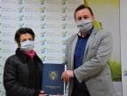 Wręczenie umowy na dotację przez burmistrza Tomasza Susia Pani Marii Topie