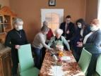 Pani Maria Karcz w otoczeniu rodziny oraz przedstawicieli samorządu