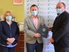 Wiceburmistrz Edyta Podmokły, burmistrz Tomasz Suś oraz wykonawca Andrzej Plaszczak