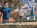 ojciec z córką na spacerze