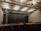 montaż kotar scenicznych i kulis w auli widowiskowej