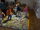dzieci bawiące się na magicznym dywanie w Przedszkolu Samorządowym nr 1 w Dobczycach