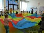 zabawa przedszkolaków z chustą klanza