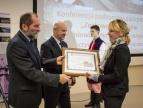 Podziękowanie dla Wiolety Łyżczarz wręczają burmistrz Marcin Pawlak i przewodniczący RM Tadeusz Bochnia
