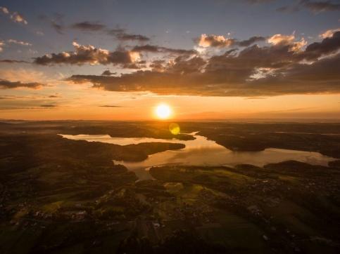 Jezioro Dobczyckie o zachodzie słońca,